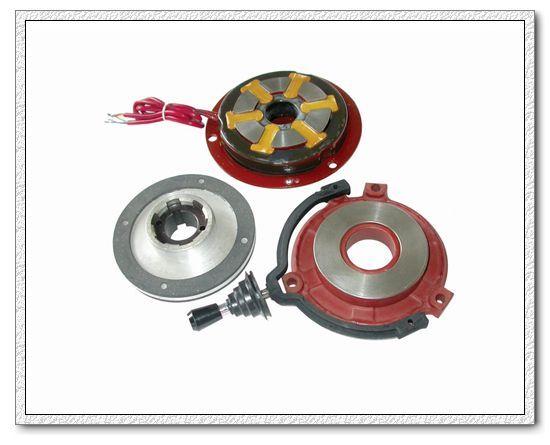 AZMK系列断电制动型三相交流电磁制动器,是一种新型的安全制动器,具有起动时间快和制动时间短的特点。制动器电压、接法与电动机相同,接线简单,操作方便,交流制动器不用交-直流电压互换装置(整流器),直接使用交流电源,使制动器使用具有更安全、可靠的保障。 AZMK系列三相交流制动器,产品结构紧凑,制动力矩和间隙调节方便。手动释放可利用手柄向后一扳,制动器就临时脱开制动状态,操作方便可靠。 AZMK系列三相交流制动器,在25~50Hz频率段可直接使用变频电源。若要在5~100Hz段使用,制动器需使用50Hz标准