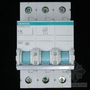 接线端子:可同时接25m㎡的线缆以及汇流排