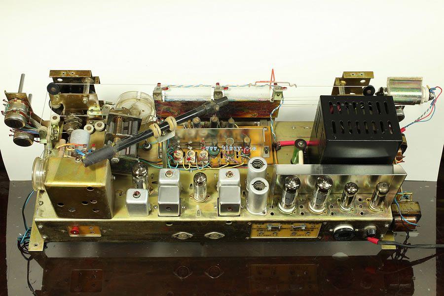 春雷101型10管调频/调幅交流电子管收音机是上海无线电三厂的产品。在十大台式电子管收音机中此机面市最晚,大约1974年开始投放市场。在国产收音机中,春雷101是唯一具有实用调频广播接收功能的电子管收音机。 1960年1月20日,为加快发展仪表电讯工业,上海市政府决定,从轻、纺工业中划出10家大型工厂和市房建筑25.