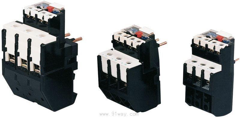 JR28(LR2)系列热过载继电器(以下简称热继电器)适用于交流50Hz或60Hz、电压至690V,电流0.1-630A的长期工作或间断长期工作交流电动机的过载与断相保护。 热继电器具有断相保护、温度补偿、动作指示、自动与手动复位、停止功能,该产品动作可靠。 本产品符合:GB14048.4、IEC60947-4-1等标准。 热继电器可与接触器接插安装,也可独立安装,该产品与CJX2系列接触器组成电磁起动器。