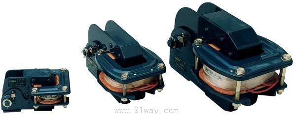 MZD1系列交流单相制动电磁铁型号含义:  安装尺寸:  概述 MZD1系列直流阀用电磁铁是操动制动器做机械制动用. 通常与闸瓦式制动器配合使用,在电气传动装置中用做电动机的机械制动,以达到准确和迅速停车的目的. MZD1系列交流单相制动电磁铁主要技术参数
